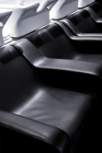 Fauteuils en cuir noir pour shampoing dans le salon de coiffure Un autre regard au Lavandou