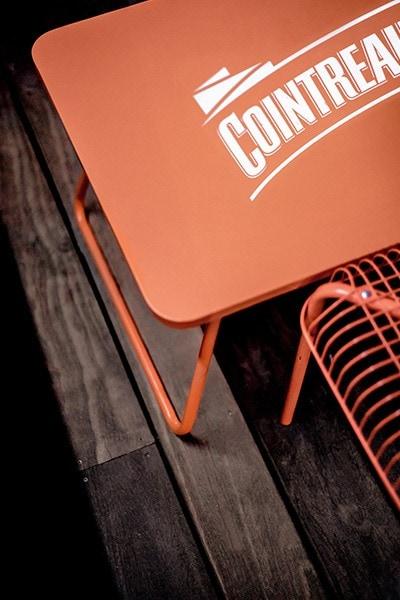 Plan serré sur une table cointreau orange sur la terrasse du bar le cub au Lavandou
