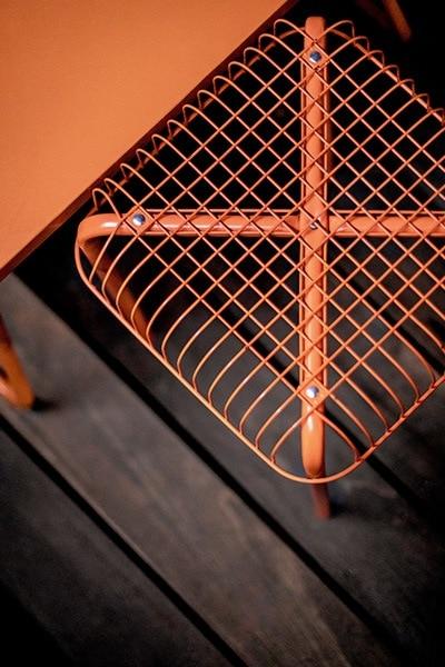 Tabouret design en acier orange sur la terrasse du bar le cub au Lavandou