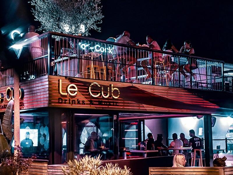 Vue d'ensemble de nuit du bar le Cub au Lavandou