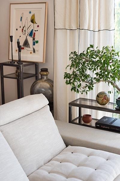 Salon du projet Mc&G à Bormes Les Mimosas, on peut y voir un canapé blanc ainsi qu'un banzai