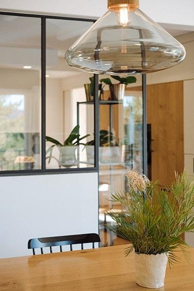 Luminaire design dans le salon de la maison Mc&g à Bormes les Mimosas