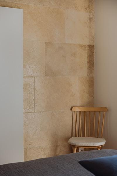Chaise en bois clair dans la chambre parentale du projet Mc&G à Bormes Les Mimosas