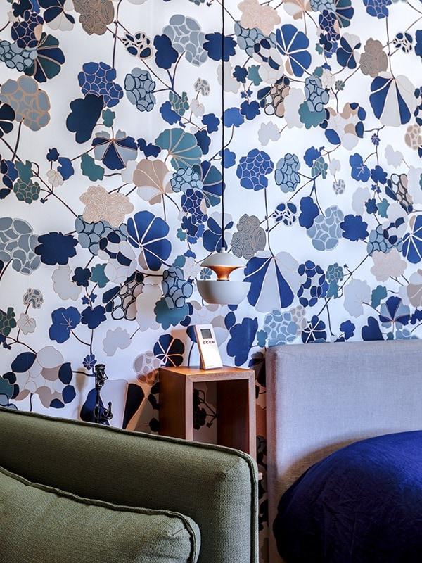 Papier peint floral bleu et gris dans la chambre du projet P&BR à Bormes les Mimosas