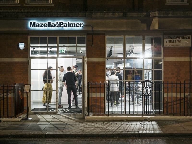 Façade de nuit du salon de coiffure Mazella&Palmer à Londres