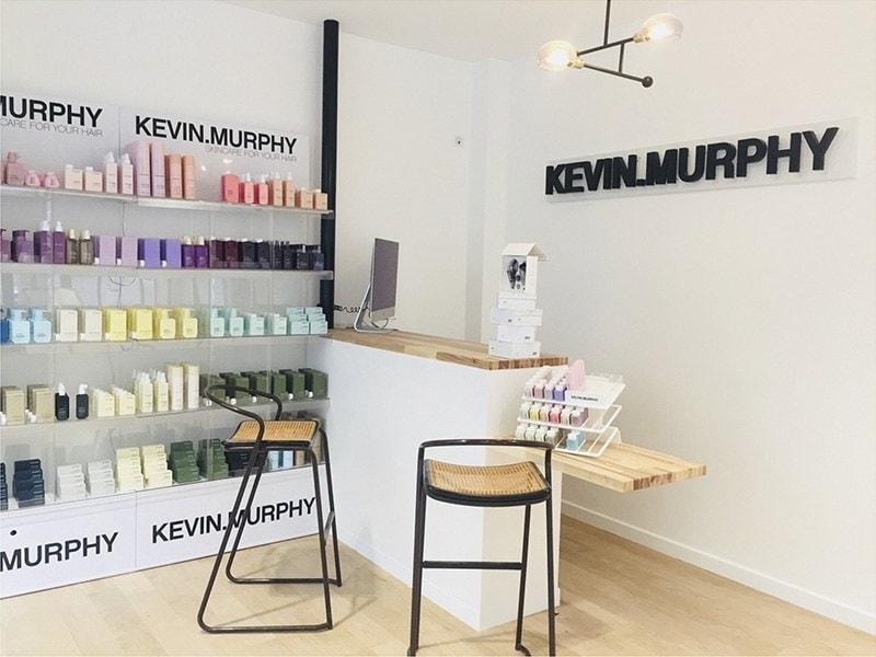 Guichet en bois dans la boutique Kevin Murphy à Londres