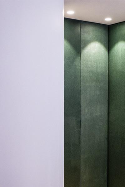 Plan serré sur le dressing vert de la chambre du projet P&Br à Bormes les Mimosas