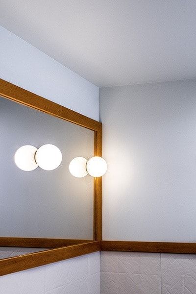 Miroir de salle de bain avec luminaire intégré, designer par Amandine Mazella