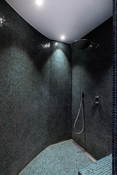 Faience camaïeu de vert dans la douche à l'italienne du projet P&br