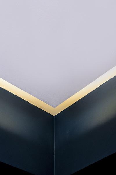 Plan serré sur faux plafond lumineux dans la cuisine du projet P&Br à Bormes les Mimosas