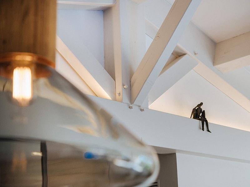 Sculpture de deux personnages enlacés dans le salon du projet MC&G à Bormes Les Mimosas