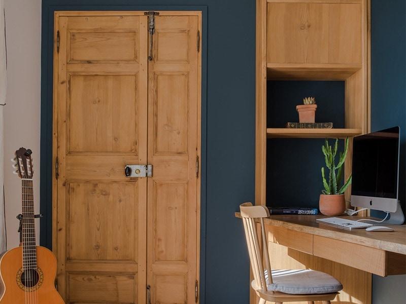 Bureau en bois clair dans la maison Mc&g à Bormes les mimosas