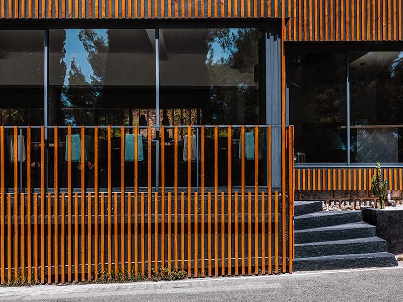 architecture façade bar restaurant bairo latino situé au lavandou